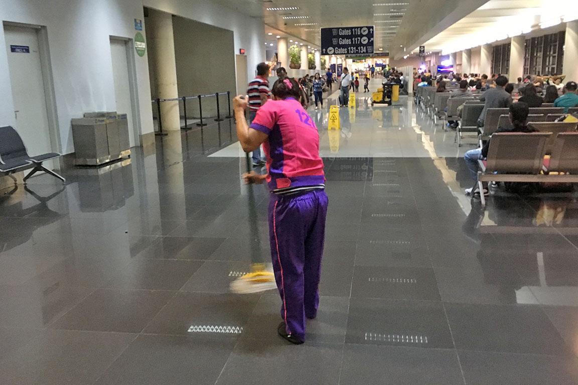 先日、マニラの空港に着いたとき、 背中に「311」と書いてある人に遭遇。 「なぜだ?」と思ったのもつかの間、 「445」「178」「321」と、 出てくる、出てくる3桁の数字が背中にある人たちが。 彼女たち、彼らの正体は、「janitors」。 空港を掃除する清掃作業員の皆さんでした。 フィリピン人に聞いたら、 「彼女たちはprisoner(囚人)じゃないよ」と 冗談を交えながら、 おそらく、空港の人が管理するために 背番号をつけているのだと教えてくれました。 フィリピン人は、背番号をつけるのが好きなようです。 ぼくが背番号で管理される清掃作業員なら、 あまりいい気はしないなあと思いながら、 スポーツの世界における永久欠番みたいなものが、 「janitors」の世界でもできたら、 もっと楽しい働き方ができるんじゃないかと妄想しました。 優秀なNBA(アメリカのプロバスケットボールリーグ) 選手の背番号が、スタジアムに飾られるように、 優秀な「janitors」の背番号が、 空港内に大きく飾られて、永久欠番になったら、 「janitors」も、うれしいですよね。 管理する側のにんげんは、管理すること以上に、 楽しんで働いてもらう方法を考えることに 力を注いだほうがいい結果をもたらすかも。 それでは、今日も、明日も、明後日も、いい1日を。 管理される側からの、小さなアイデアでした。 現在地点/英語のトレーニング中です。 にほんブログ村の「旅行ブログ」に参加しています。 よかったら、「見たよ」のあかしに、世界一周バナーをクリックして下さい。  1日1回のクリックが応援になる仕組みです。 [alert]感想を送る[/alert]
