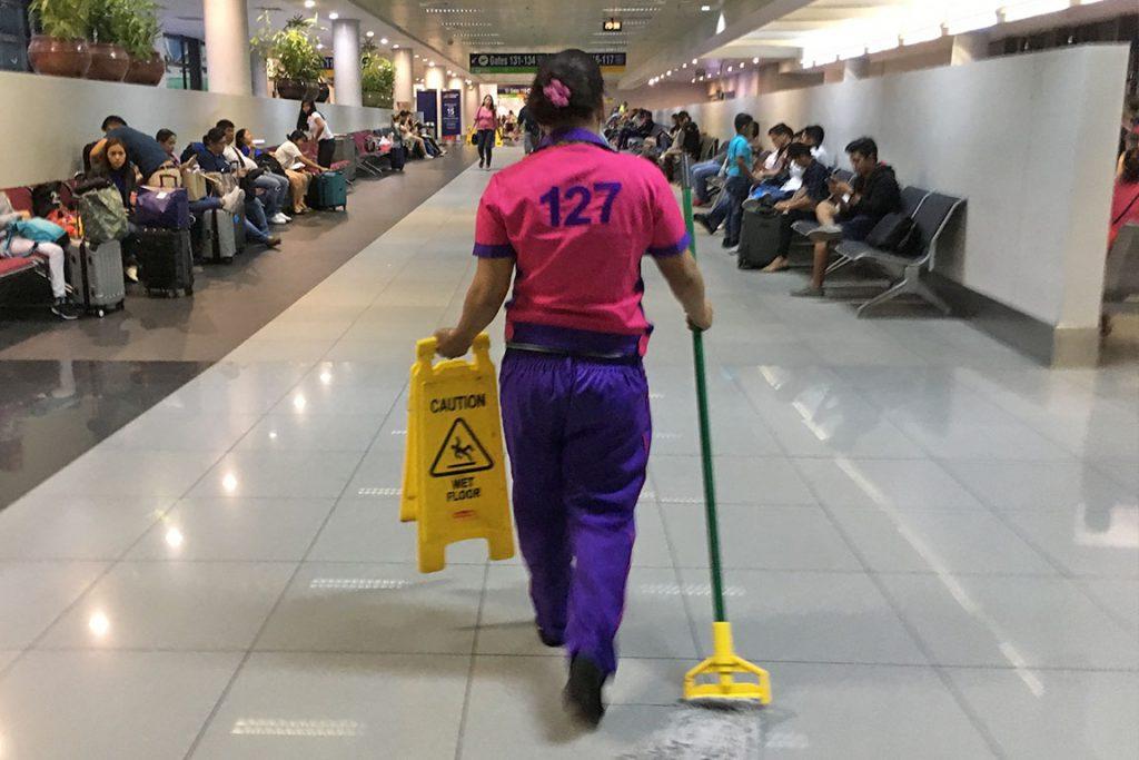 """先日、マニラの空港に着いたとき、 背中に「311」と書いてある人に遭遇。 「なぜだ?」と思ったのもつかの間、 「445」「178」「321」と、 出てくる、出てくる3桁の数字が背中にある人たちが。 彼女たち、彼らの正体は、「janitors」。 空港を掃除する清掃作業員の皆さんでした。 フィリピン人に聞いたら、 「彼女たちはprisoner(囚人)じゃないよ」と 冗談を交えながら、 おそらく、空港の人が管理するために 背番号をつけているのだと教えてくれました。 フィリピン人は、背番号をつけるのが好きなようです。 ぼくが背番号で管理される清掃作業員なら、 あまりいい気はしないなあと思いながら、 スポーツの世界における永久欠番みたいなものが、 「janitors」の世界でもできたら、 もっと楽しい働き方ができるんじゃないかと妄想しました。 優秀なNBA(アメリカのプロバスケットボールリーグ) 選手の背番号が、スタジアムに飾られるように、 優秀な「janitors」の背番号が、 空港内に大きく飾られて、永久欠番になったら、 「janitors」も、うれしいですよね。 管理する側のにんげんは、管理すること以上に、 楽しんで働いてもらう方法を考えることに 力を注いだほうがいい結果をもたらすかも。 それでは、今日も、明日も、明後日も、いい1日を。 管理される側からの、小さなアイデアでした。 現在地点/英語のトレーニング中です。 にほんブログ村の「旅行ブログ」に参加しています。 よかったら、「見たよ」のあかしに、世界一周バナーをクリックして下さい。  1日1回のクリックが応援になる仕組みです。 <div class=""""alert """">感想を送る</div>"""