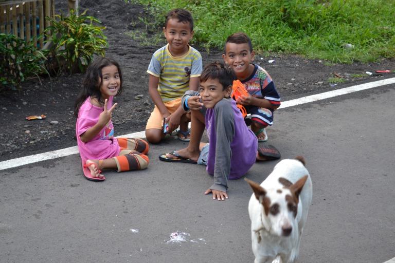 タンココを散歩をしていて、 ホテル近くの子どもたちの写真を撮影した。 「Saya Hiro」(私はヒロです)と、 自己紹介すると、みんなが名前を教えてくれた。 かわいい子どもです。 タンココの端っこにゲートまで歩いて帰ってきたのだが、 それでは、今日も、明日も、明後日も、いい1日を。 バイクに乗れる自由には、危険が寄りそってもいる。 この時の地点/タンココ自然保護区