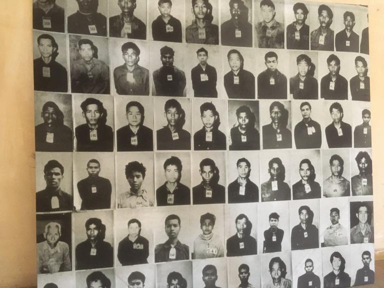 トゥクトゥク(バイクタクシー)の 代金を折半するために、 同じホステルにいたドラゴンくんに友だちを 紹介をしてもらい、香港人の女性、カポさんと 「キリング・フィールド」と 「トゥールスレン・ジェノサイド・ミュージアム」 に行ってきた。 ポルポト政権による、あやまった大義のもと、 多くの人が殺されたという負の遺産だ。 どちらも、レコーダーにより解説があり、 当時の記憶が蘇るような物語を聞くと、 全身に鳥肌が走る。 大量虐殺が行われていた 「キリング・フィールド」では、 そこまで不快感を感じることは少なかったのだが、 罪のない人々の収容所であった 「トゥールスレン・ジェノサイド・ミュージアム」は、 終始いやあな感じがして、 建物の中をじっくりと見学することができず、 軽く建物を覗いては、外でレコーダーを聞いていた。 カポさんは、とても強く、 レコーダーの解説を丁寧に聞きながら、 順番に沿って建物を観て回っていた。 帰り道のトゥクトゥクで、 「不快感が強くて、外でレコーダー聞いていた」と 話をすると、「わたしも、居心地がよくなかったよ」 「特に、2階のあの場所は、中にいられなかった」 ぼくもそう思っていた。 全く同じ場所で、居心地のよくない感情が 湧いていたのだ。 そのあと、ドラゴンくんと合流して、 ナイトマーケットに行き、みんなでご飯。 「イカのきゅうり巻き」を勧められたけど、 「お腹が心配だから、食べない」と断った。 カポさんは、あっさりと食べていたが、 ドラゴンくんは一口食べて、 「ヒロ、これは、やめたほうがいい」と言って、 外に出していた。 「大丈夫だよ」というカポさん。 女性はつよい。いや、カポさんが強いのか? それでは、今日も、明日も、明後日も、いい 1日を。 国は違っても、不快に思うことは一緒だ。 このときの場所/カンボジア プノンペン 現在地/ にほんブログ村の「旅行ブログ」に参加しています。 よかったら、「見たよ」のあかしに、世界一周バナーをクリックして下さい。  1日1回のクリックが応援になる仕組みです。 [alert]感想を送る[/alert]