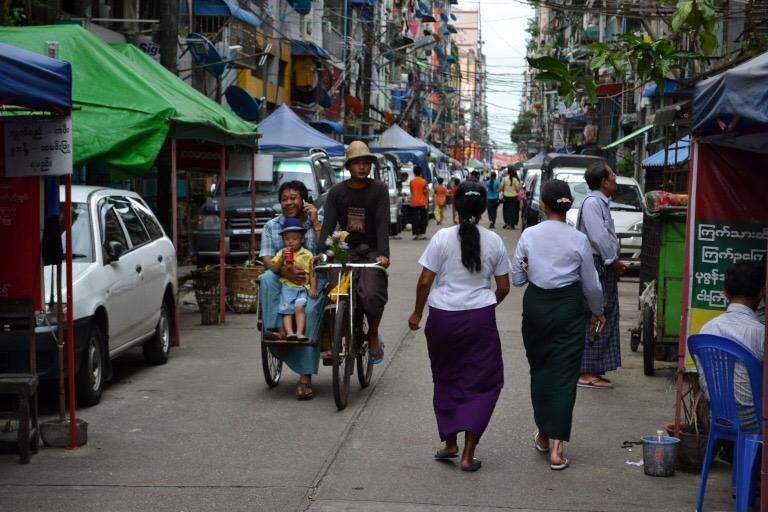 ヤンゴンでバス移動まで時間があったので、 地図を見ずに街を散策していました。 すると、新しくできたと思われる 大きなショッピングセンターがあって、 クーラーの涼しさに、思わず吸い込まれた。 ショッピングセンターに入っている店舗は、 日本にもあるようなインターナショナルな ブランドが多く、 ミャンマーの伝統的な服の店舗もあったけど、 日本のショッピングセンターと同じようでした。 ショッピングセンターの中に入ると、 外にいる人と比べて、 ミャンマーのお化粧「タナカ」をしている人や、 男性も、腰巻「ロンジー」をしている人が 確実に少なくなっていて、 普通のパンツを履いていることに気がつきました。 インターナショナルなブランドが並ぶ ショッピングセンターは便利だし、 ぼくも日本でよく行っていたんだけど、 「かっこいい」とか「うつくしい」や 「かわいい」などの基準が 均一化させてしまう可能性があるなと思った。 世界を覗けるインターネットも、 その装置の1つかもしれない。 日本人のくせして、ちょん髷でもなければ、 着物も着ていないぼくが言うのもなんですが、 均一化してほしくないなあと思うのです。 違うっていのは、それだけで価値があるから。 世界の「かっこいい」の基準が 1つだったら、つまらない。 世界の「うつくしい」の基準が 1つしかなかったら、かなしい。 ほそい人が「うつくしい」と思われる世界があれば、 太っている人が「うつくしい」と思われる 世界があるってのは、うれしいことでしょ。 アフリカのどこかの国では、 細くて背の高い男性が魅力的という 価値観があるらしい。 日本ではモテないぼくだけど、 そこに行ったらモテるかしら。 いろんな基準があれば、そういう可能性もでてくる。 それでは、今日も、明日も、明後日も、いい1日を。 ブサカワっていう視点は発明だよね。 このときの場所/ミャンマー ヤンゴン 現在地/インド コルカタ にほんブログ村の「旅行ブログ」に参加しています。 よかったら、「見たよ」のあかしに、世界一周バナーをクリックして下さい。  1日1回のクリックが応援になる仕組みです。 [alert]感想を送る[/alert]