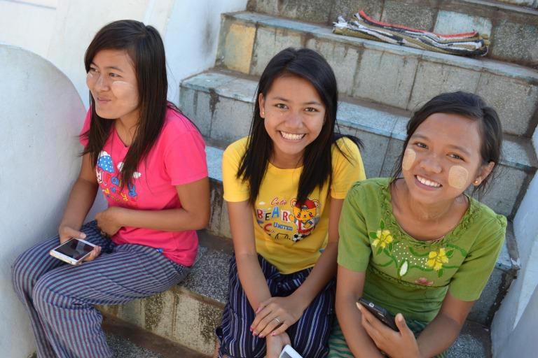 ミンガラバー、どうもマスダですが、 今日はタナカです。 ご存知の方もいるかもしれませんが、 ミャンマーではおとこおんな、 おとなこども関わらず、たくさんの人が タナカというお化粧を顔に塗っています。