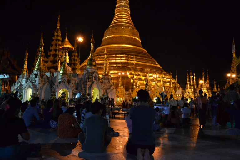 ヤンゴンにある黄金の仏塔、 「シュエタゴン・パゴダ」には、 熱心な参拝者がたっくさん来ていて、 ぼくが少し話しをしたミャンマー人女性は、 毎日来ていると言っていた。 夕方まで働いていそうな女性だったので、 日本でいうOLさんが毎日お寺に通うと考えると、 ミャンマーの仏教に対する信仰心がうかがえる。 このシュエタゴン・パゴダは、 日中と夜中で異なる魅力を発します。 じゃ、写真です。ジャーン。