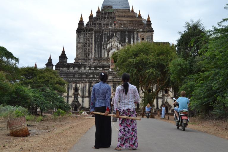 ヤンゴンからバガンへ移動するバスで 友だちになったフィンランド人のアニーちゃんと ごはんを食べていて、彼女がこんなことを言った。 「ミャンマーの小さなレストランで、 ドイツ人の夫婦旅行者が、氷のこととか、 料理のこととか、あらゆることに文句を言ってて、 いやな気持ちになったの。 自分の国のような快適を味わいたいなら、 ミャンマーに来なければいいのにね」 というような話だ。 本当にレストランのサービスが わるかったのかもしれない。 この夫婦の状況がわからないので、 なんとも言えないが、ミャンマーは、 まだ仏塔の上に物を届けるのに、 紐を引っ張って持ち上げる国、 ドイツに比べたらサービスが 洗練されているわけではないだろう。 あらゆる違いに対して、文句をつけられる。 「なんで、こうじゃないんだ」 「なんで、わたしたちと違うんだ」と。 でも、これって逆のことも言えるんです。 文句を言うんじゃなくて、 あらゆる違いに対しておもしろがることもできると。 これは、ぼくが『MONKEY CLIMB』 トップページの目に入る場所に記している 「You are wonderful. You are the same. You are different」という言葉と関連してて、 ぼくたちは同じところもあったり、 違うところもあったりする。 だから、おもしろい。 だから、あなたは最高なんだ。 英語として合っているかわからないけど、 そんな気持ちを込めてこの言葉を綴っている。 25歳の女性、アニーちゃんによると、 フィンランドでは、混浴のサウナがあって、 サウナに裸の男性がいても、 彼女は気にせず裸で入れるのだと言う。 日本にも、混浴のお風呂はあるけど、 実際に裸で入っている女性は、 地元のおばちゃんだったり、 おっぱいの垂れたおばあちゃんが多いと思う。 「なんで大丈夫なの?」って聞いたら、 「サウナはそういう場所なの」という なんだか、強引な理由だけど、そういことらしい。 「じゃあ、フィンランド人はきっと、 みんなオープンマインドなんだね」と言ったら、 そんなことはないと言う。 お酒を使って本音をはいている人が多いんだって。 なんだか、日本と似ているような。 おもしろいなあ。 違いも、同じも、おもしろがりたい。 できているかはわからないけど、 ぼくは、そうありたいと思うのです。 それでは、今日も、明日も、明後日も、いい1日を。 違っていて、同じているから、おもしろい。 このときの場所/ミャンマー バガン 現在地/インド にほんブログ村の「旅行ブログ」に参加しています。 よかったら、「見たよ」のあかしに、世界一周バナーをクリックして下さい。  1日1回のクリックが応援になる仕組みです。 [alert]感想を送る[/alert]