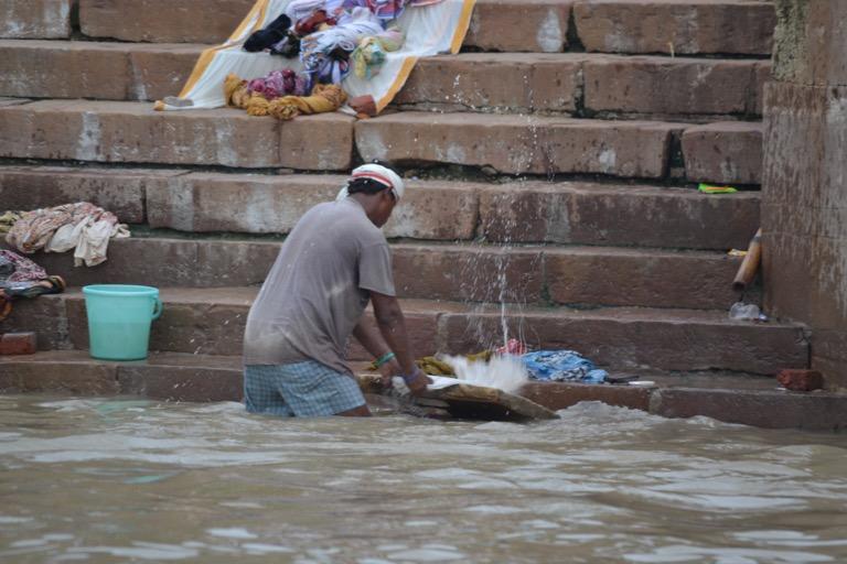 静かに祈っている人いれば、 はしゃいでクロールしている人もいる。 洗濯している人いれば、 身体をゴシゴシ洗ってる人もいる。 ご機嫌な人いれば、怒っている人もいる。 それでもガンジス川の近くにいた人々とその他。