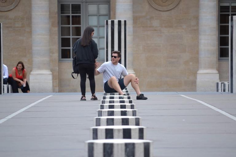 ダニエル・ビュレンさんのアート作品、 大小さまざまな白黒の円柱が建っている広場 「Colonnes de Buren(Les Deux Plateaux)」。