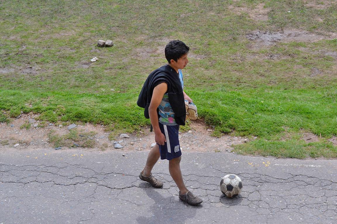 港区の小学校の横を通ると、 小学生ひとりと、警備員さんひとりが、 校庭でサッカーのパス交換をしていた。 小学生のへたっぴなパスを、 全力で追いかける警備員さんを見て いいなあと思ったんです。 この様子を他のひとが見たら、 「あなたは警備員なんだから、 学校や生徒を守ることに専念しなさい」 なんていうかもしれません。 警備員としての募集要項には、当たり前ですが、 「小学生とのサッカー」なんて項目はないでしょう。 そうな項目があったら、たのしいですけどね。 警備員という役割を超えて、 小学生をたのしませていて、 同時に自分もたのしんでいるのがよかったんです。 考えてみると、ひとは役割をこえた行為に、 感動したり、よろこんだりするのかもしれません。 雨の日に入った公民館のような場所で、 知らない掃除のおばちゃんが「これで体拭きな」と、 タオルを貸してくれて、 うれしかったのを覚えています。 もちろん、掃除のおばちゃんの役割に、 濡れているひとを見つけたら、 タオルを貸してあげること、なんてものはありません? それは、やらなくてもいいけど、 あったらうれしい、おまけみたいなものです。 ぼくが大学を卒業して働いた会社は、 おまけの会社でした。 もしかしたら、そういう魅力を おまけに感じていたのかもしれません。 それでは、 おまけのように、役割をこえていこう。