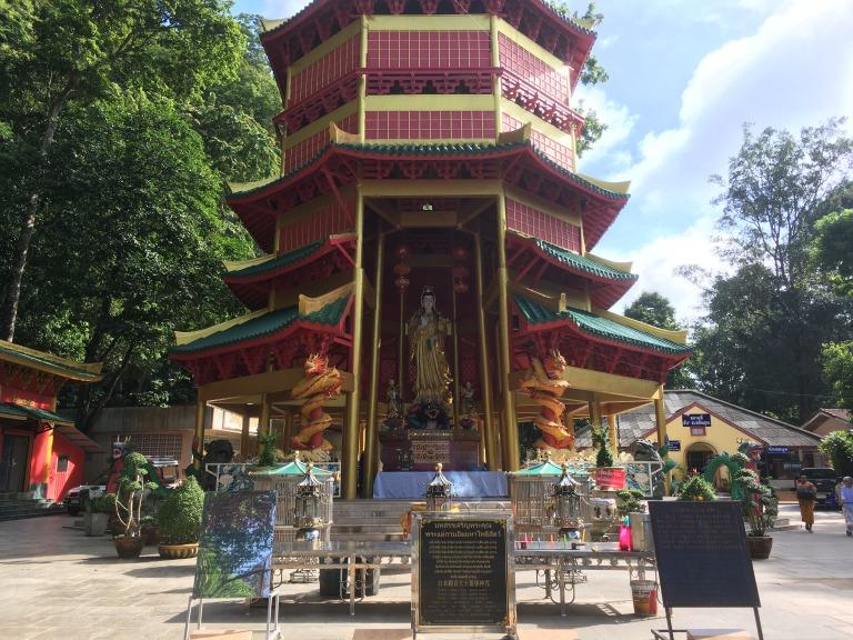 せっかくなので、お寺の近くを歩いてみると、 お寺の裏で托鉢をしているではありまんか。