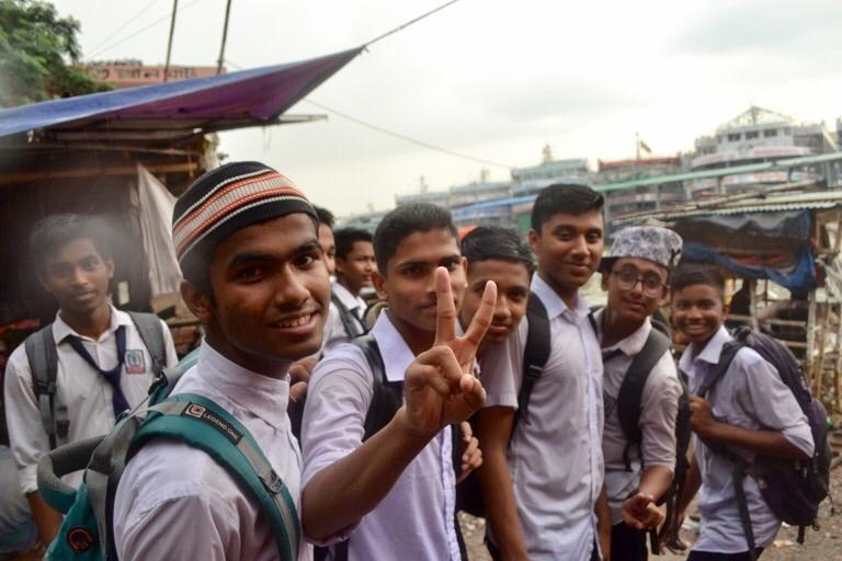 「今どきの若者は、、、」と書きはじめると、 「なっとらん」とか、 マイナスで語られることが多いけど、 ぼくがバングラデシュで会った今どきの若者は、 とてもいいぞ、その調子だと思える子たちだった。 オールドダッカにバスで移動するために、 同年代くらいの男性に話しかけてみる。 「わかった、ここで一緒に待って」と、 バスを探してくれて、同じバスに走って乗りこんだ。 ちなみに、バングラデシュのバスは、 お客さんが乗るときでも一時停止をしない。 徐行で走り続ける。 お髭が立派なもんで、 ぼくと同じくらいの歳かなと思ったけど、 どうやら15歳の高校生のようだ。 彼は、これから学校に行くのに、手ぶらだ。 「テキストは、どこにあるの?」と聞くと、 なぜか家だという。なぜだろう。 「Why」をつけて英語で質問しても、「Yes」と答えるくらい英語はできないんだけど、 とてもやさしいやつだということはわかる。 ひとつの席しか空いてないときに 「座っていいよ」と譲ってくれたり、 彼のとなりの席が空いたときは、 「こっちきな」とジェスチャーを送ってくれた。 最後には、ポケットを指差して、 「携帯電話、盗まれないように気をつけてね」と、 まーしっかりされていること。 オールドダッカに着いたときに会った 10人くらいの高校生も、いいやつらだった。 英語はそんなに喋れなくても、 わかっている単語を、片手にもって喋りかけてきた。 英語で話すことを恥ずかしいとか、 わからないことを言われたらどうしようとか という気持ちよりも、 好奇心が勝ってる感じだ。 勇敢でいいなあ。 ストリートチルドレンをサポートしている NGOエクマトラで会った青年は、 ギターを弾きながら、歌ってくれた。 彼は、地元で活躍している歌手なのだと言う。 小さな子どもたちがたくさんいるエクマトラでは、 お兄さん的な存在で、「20人近くの 子どもたちの音楽の先生をしているんだ」と 照れくさそうに言う。 歌いはじめると、 その前までの照れくさそうな感じがなくなって、 すごく堂々している。 素人のぼくでも、 音楽にまじめに取り組んでいるのが、 彼の歌声からわかった。 彼のベンガル語で綴られた オリジナル曲の意味を聞くと、 「若者の将来についての悩み」だと言う。 それでは、今日も、明日も、明後日も、いい1日を。 ああ、悩んでいいよ。その調子、その調子。 このときの場所/バングラデシュ ダッカ 現在地/トルコ にほんブログ村の「旅行ブログ」に参加しています。 よかったら、「見たよ」のあかしに、世界一周バナーをクリックして下さい。  1日1回のクリックが応援になる仕組みです。 [alert]感想を送る[/alert]