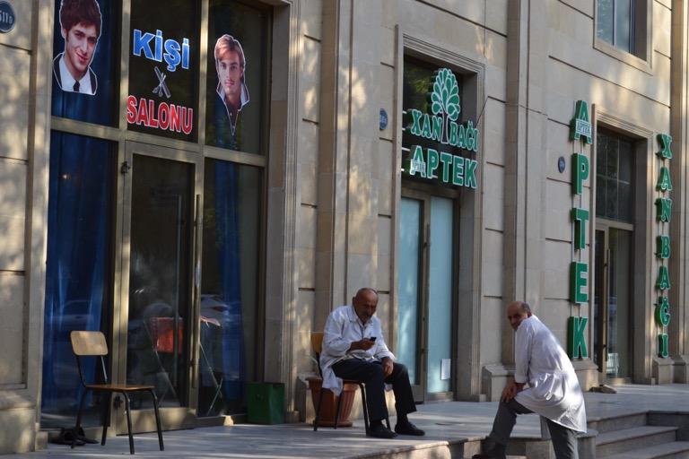 名前がいいじゃないかということで、 ガンジャ(Ganja)という アゼルバイジャン第2の都市に向かった。 地元の人が言うガンジャは、 ガンジャというよりは、 ガとギャの間くらいの音に聞こえる。 都市と言っても、とてもゆっくりとした 時間が流れているような場所で、 男性同士でお茶をたのしんでいる人が多く、 しずかな街だ。 床や壁のタイルを敷きつめている職人さん (マスター)のアンケート調査をしに来たという 同じ宿の男性2人組に会った。 言われてみればたしかに、この街には タイルを敷きつめている職人さんが多い。 そんな職人さんたちに囲まれてこんな会話をした。 「お前、結婚しるのか?」 「してないよ」 「俺もだ。じゃあ、ナンパ行くか」 そういうノリは世界共通なんだろうなあ。 そんなガンジャを後にして、 ジョージアのトビリシに向かうことに。 この街から直通のバスは出ていないので、 バスを何度か乗り継いでいくしかない。 アルジェリアでは、英語で質問しても、 「ロシア語話せるか?」と聞いてくるぐらい、 英語よりもロシア語が身近にある国のため、 英語を話せる人は少ない。 まずはバスターミナルに行こうと 「バスターミナルどこ?」と、聞いて回る。 あっちと指で教えてくれる人もいれば、 「このバスに乗れ」と教えてくれた人もいて、 まずはバスターミナルに向かう地元のバスに乗れた。 バスターミナルにつくと、 タクシーの運転手に囲まれる中、バスを探す。 バスと言っても、ミニバンだ。 ぼくが「ジョージア、ジョージア」と 運転手に向かって声を出していると、 プラスチックの椅子に腰をかけた、 赤い髪の毛で、白の水玉模様が入った 黒のワンピースを着ている 70歳を超えているだろうおばあちゃんが、 アゼルバイジャンの言葉で何かを言ってる。 これに乗れと杖でミニバンを指しているのか、 「トビリシ(ジョージアの都市の名前)」 という単語だけ聞きとれた。 ありがとう、ファンキーばあちゃん。 このミニバン、ジョージアには届かず、 ガザフという街の小さなバスターミナルに着く。 またガザフで「ジョージア、ジョージア」と ミニバンの運転手に聞いてまわり、 ジョージアへ行くミニバンを探す。 色白で細めの20代前半くらいの男の子が 「これだよ」と教えてくれた。 この男の子はお客さんのようで、 アゼルバイジャンの言葉を喋り、 英語は話さないけど、いい人であることはわかる。 このミニバンは、お客さんでいっぱいなようで、 次のミニバンが来たときにその運転手に ぼくがジョージアに行くことを伝えてくれた。 彼は前のミニバンに乗って「バイバイ」と 言って、去っていった。 ありがとう、さわやか青年。 で、このミニバンも国境を越えるわけではない。 目的地のトビリシまでは、ジョージアに 入国したあとにまたミニバンを探すのだ。 タクシーの運転手に声をかけられるも 「バスに乗る」と言うと、 「バスなんか、ないよ」と言われる。 本当かどうか他のタクシー運転手でない人に聞くと、 「あっちだよ」と指をさす。 あるじゃ、ありませんか、バス。 そのミニバンに乗って、トビリシに到着。 いろんな人の知恵とやさしさをお借りし、 小さく動いてなんとか着きました。 ひとりの力ではどうにもらない。 でも、誰かの力に頼りきるわけでもない。 できるところまで自分で動いて、 わからないことを周りの人に聞く。 そうすると、ほんの少しづつだけど、 動いていくことができる。 動いて、教えてもらって、 動いて、教えてもらって、その繰り返し。 そんな移動でしたとさ。 それでは、今日も、明日も、明後日も、いい1日を。 動くために教えてもらう。 このときの場所/アゼルバイジャン ガンジャ 現在地/ブルガリア ソフィア にほんブログ村の「旅行ブログ」に参加しています。 よかったら、「見たよ」のあかしに、世界一周バナーをクリックして下さい。  1日1回のクリックが応援になる仕組みです。 [alert]感想を送る[/alert]