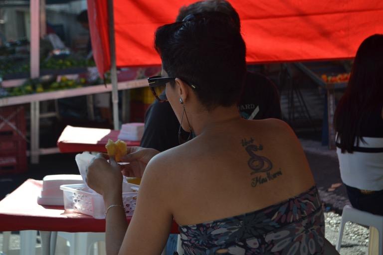 ブラジルに来ると、細やかなチリチリパーマ にしている人や、アフロヘアーの人が多い。 みんなよく似合っている。 そして、タトゥーをしている人も 男女関わらずたくさんいる。 電車に乗っていると料理を保存するときに使う ラップを腕に巻いている人を見かける。 きっと、タトゥーしたてなのかなあと想像をする。 以前、コスタリカのホステルで会った これから日本に行くという女性は、 自分の腕に入ったタトゥーを心配していた。 これがあると温泉に入れないんじゃないかと。 タトゥーを見せてもらうと3cmにも満たない 小さな黒猫が白い腕に刻まれていた。 これくらい大丈夫でしょ、と思ったが、 心配なら何かで腕をカバーすればいいと アドバイスをした。 カラダにタトゥーをいれている人を パブリックな温泉に入れさせないルールは、 ヤクザのあんちゃんを目の前にして 入店を断るのを防ぐ策なんだろうけど、 それにしても日本はタトゥーに対する寛容が低い。 あたりまえだけどタトゥーのあるなしで、 ニンゲンに大きな違いはない。 むしろ、タトゥーをしている人は 自分のカラダを痛めてまでも 「好き」な何かがあると考えることもできる。 自分のカラダの一部にしたいほど、蝶々が好き。 ドラゴンボールの悟空が好き。 ごわごわした模様が好き。 ドクロマークが好き。 地元のサッカーチームが好き。 ブラジルのホセ・マウリシオさんは、 自分が応援するリオデジャネイロの プロサッカークラブ 「Clube de Regatas do Flamengo」の 赤と黒のユニフォームのタトゥーを 上半身前と背中にいれて、 まるで裸になるとユニファームを着ている 選手のようになってしまった。 これには賛否両論あるらしいけど、 他の誰がどう思おうがわたしはこれが好きと、 「好きな何か」がある人は魅力的だ。 (犯罪的なものはもちろんぬいてね) それを表現するのはタトゥーだけじゃないけど。 それでは、今日も、明日も、明後日も、いい1日を。 ぼくは嫌いなものより、好きなものを話す人が好き。 このときの場所/ブラジル サンパウロ 現在地/フランス パリ にほんブログ村の「旅行ブログ」に参加しています。 よかったら、「見たよ」のあかしに、世界一周バナーをクリックして下さい。  1日1回のクリックが応援になる仕組みです。 バナーをクリックするだけで投票完了です。 [alert]感想を送る[/alert]